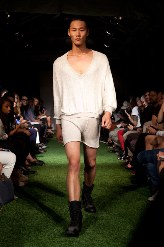 Fashion Week Chronicles: Lars Andersson Takes On Dramatic Monochrome Knits for Spring 2013 (17)