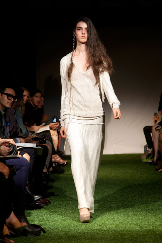 Fashion Week Chronicles: Lars Andersson Takes On Dramatic Monochrome Knits for Spring 2013 (14)