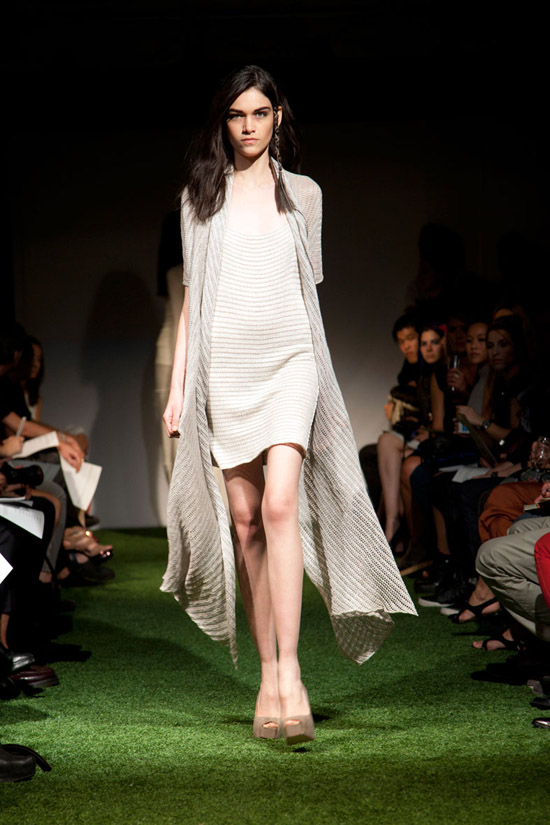 Fashion Week Chronicles: Lars Andersson Takes On Dramatic Monochrome Knits for Spring 2013 (10)