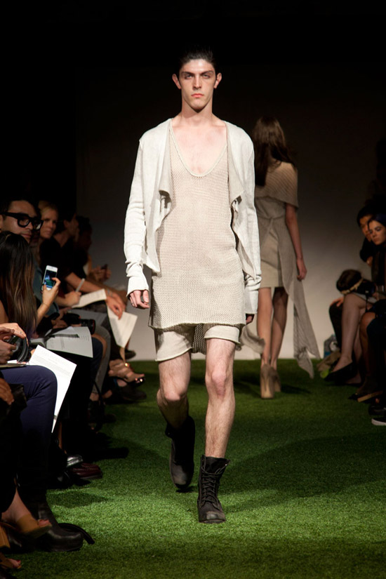 Fashion Week Chronicles: Lars Andersson Takes On Dramatic Monochrome Knits for Spring 2013 (9)