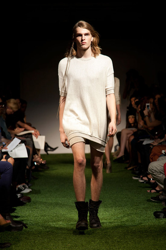 Fashion Week Chronicles: Lars Andersson Takes On Dramatic Monochrome Knits for Spring 2013 (2)